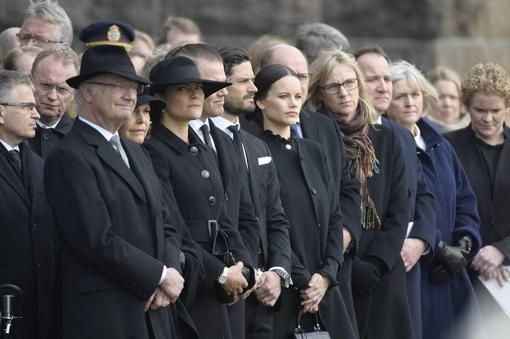 Kung Carl Gustaf, drottning Silvia, kronprinsessan Victoria, prins Daniel, prins Carl Philip och prinsessan Sofia vid Stadshuset vid minnesstunden på måndagen.