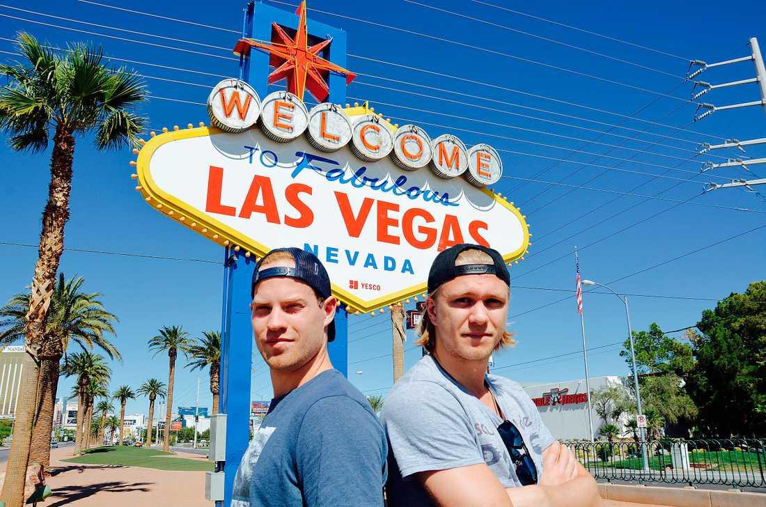 TAR TOPPHOCKEY TILL ÖKNEN. Centrarna Oscar Lindberg, 25, och William Karlsson, 24, fick lämna New York Rangers respektive Columbus Blue Jackets när de blev utvalda av den nyaste NHL-klubben i juni.