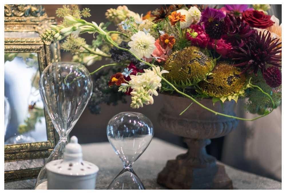 Blanda konstgjorda och riktiga blommor så buketterna blir överdådiga.
