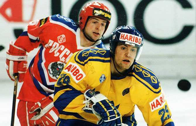 VM 1993. 21-årige Renberg i Tre Kronors tröja mot Ryssland.