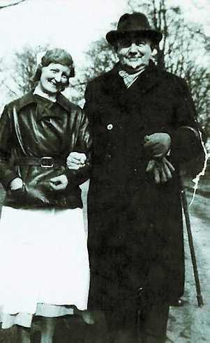Eric Hermelin (1860–1944) tillsammans med en sjuksköterska vid S:t Lars hospital i Lund.Bild ur boken