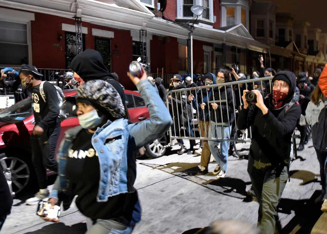 Myndigheterna i Philadelphia oroar sig för att protester ska spåra ur för tredje natten i rad och har infört ett nattligt utegångsförbud. Bild från i tisdags.