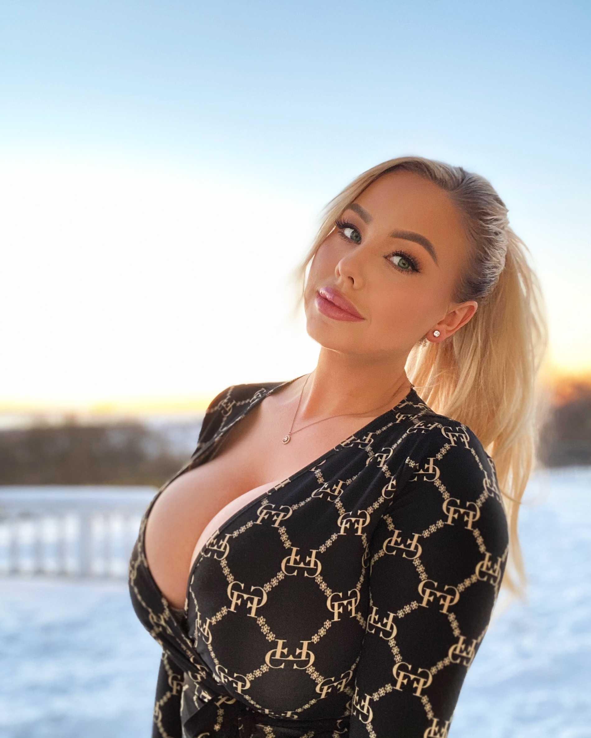 Amanda Bredén, 29, försörjer sig på porr och nakenbilder.