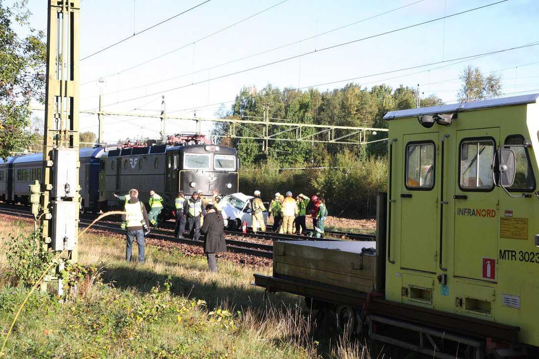 En person dog efter en kollision med ett tåg i Strömtorp i torsdags. Enligt uppgifter till Aftonbladet ska bommen vid överfarten vållat problem tidigare.