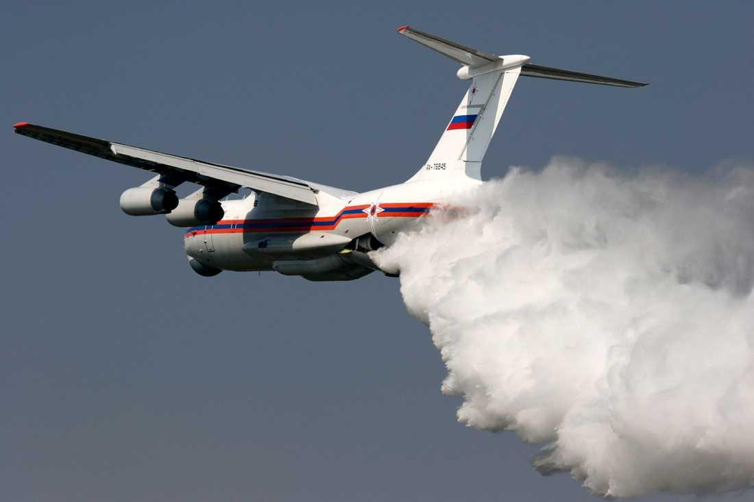SVERIGE TACKADE NEJ Det ryska vattenbombplanet Ilyushin Il-76 kan lastas med 40 kubikmeter vatten.