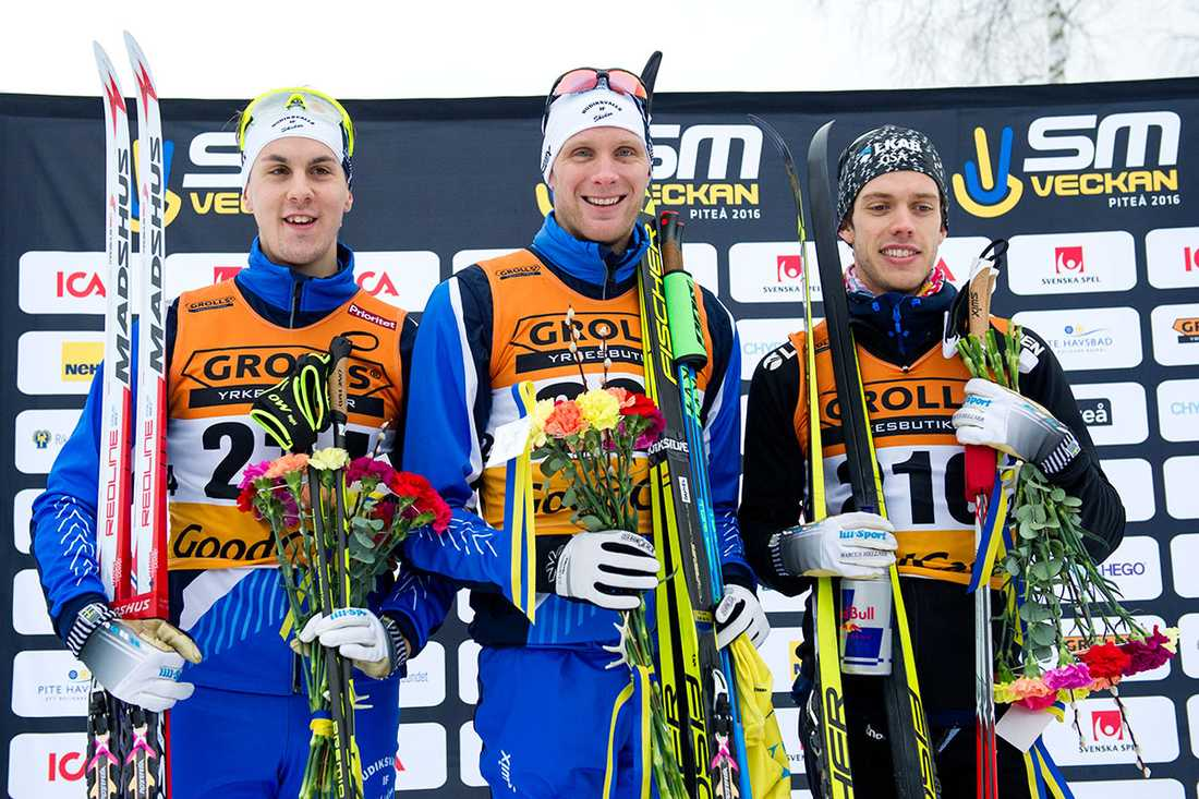 Prispallen på inledningsdistansen: Anton Lindblad, brons, Marcus Hellner, silver – och Daniel Rickardsson guld.