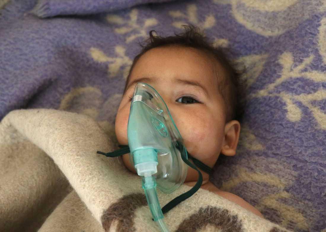 Minst 100 personer har dött och 400 skadats, varav många av dem barn.