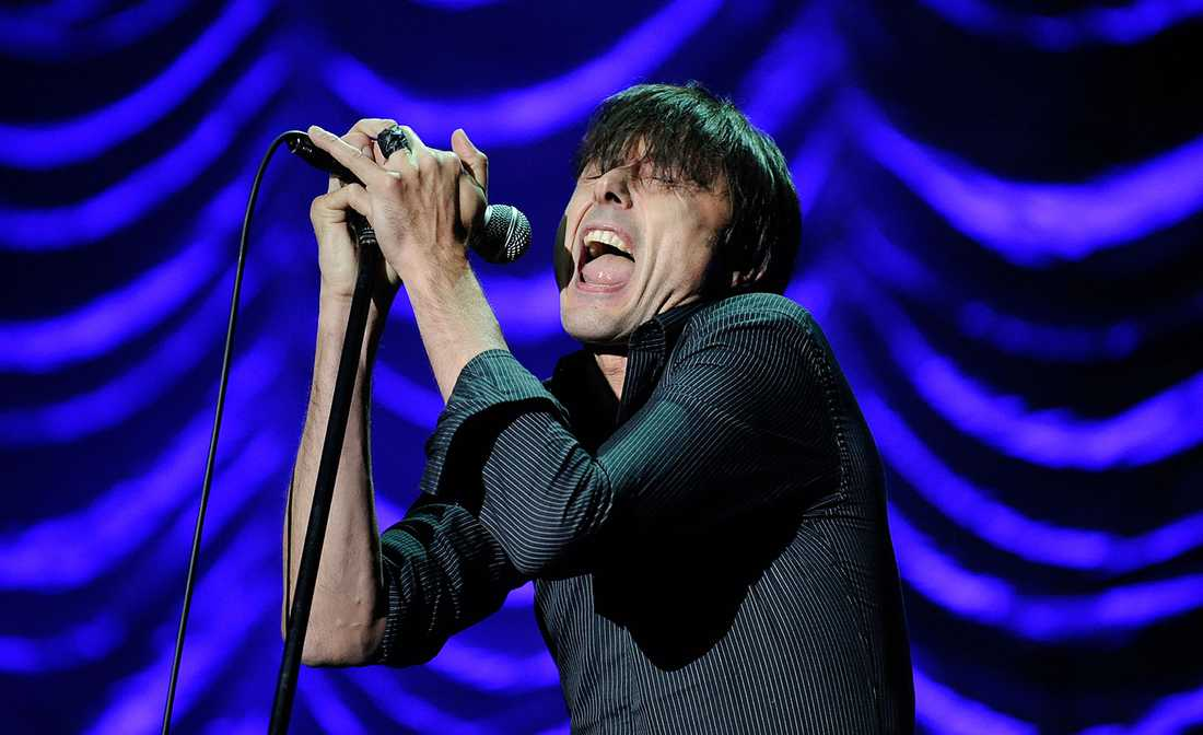 Suede-sångaren Brett Anderson låter stämbanden jobba.