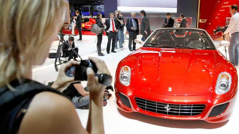 Få har råd att köpa en Ferrari Aperta, den senaste modellen från märket med den stegrande hästen. Men fotografera en är inte så dyrt. Foto: Scanpix