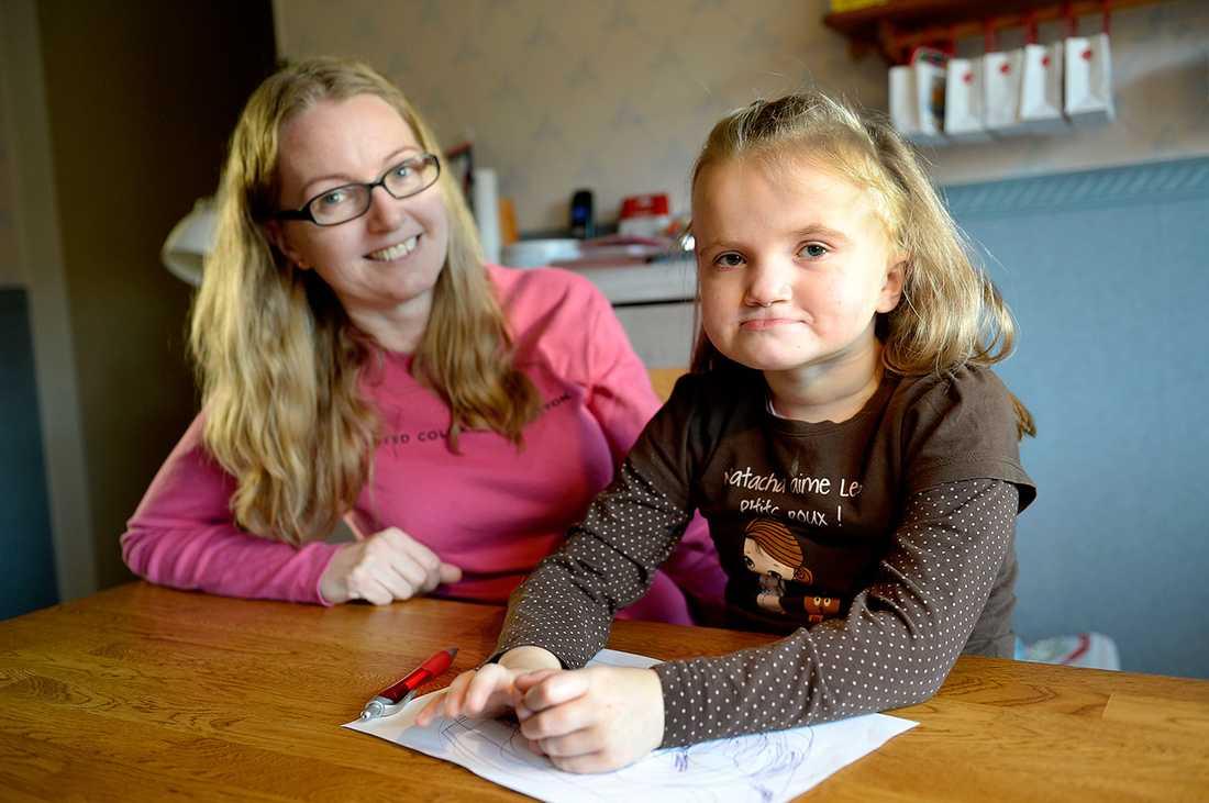 Jonna Linderdahl med dottern Freja.