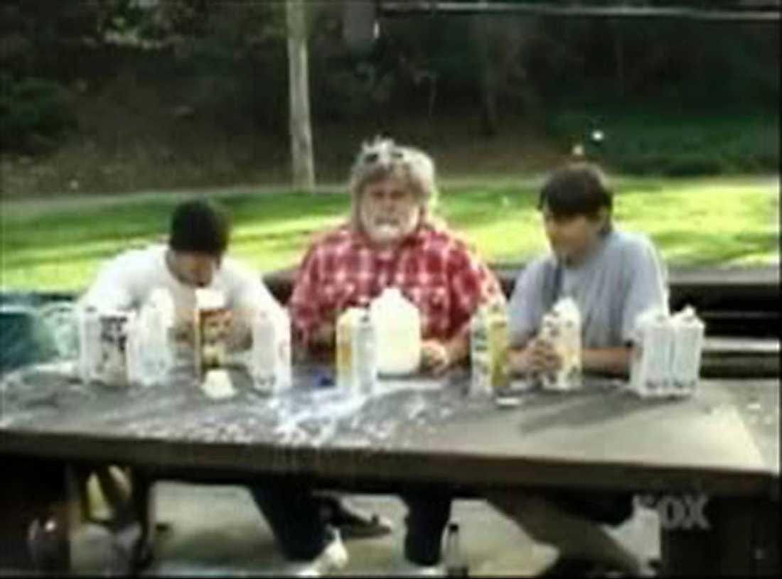 """""""Jackass""""De glada grabbarna i """"Jackass""""-gänget lassade fram litervis med mjölk och ställde till med färggrann mjölkdrickartävling. Resultatet: En serie av våldsamma kaskadspyor."""