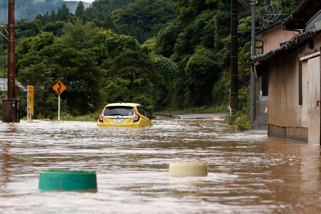 Ovädren har skurit av vägar och broar och lämnat människor strandsatta.