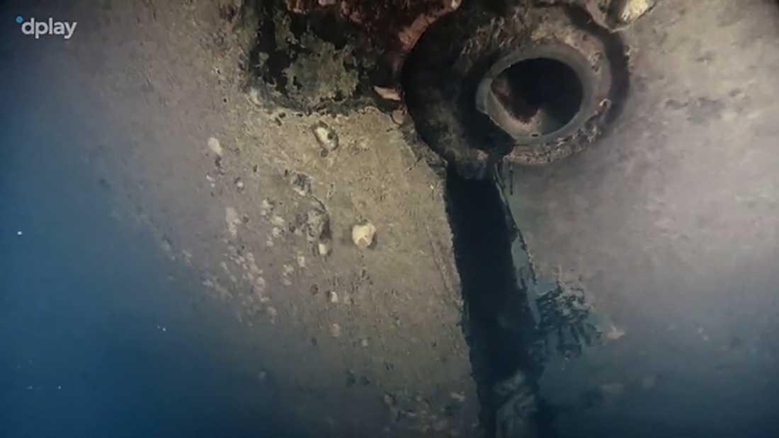 Bilder som dokumentärfilmarna tog vid vraket visade bland annat ett hål i skrovet.