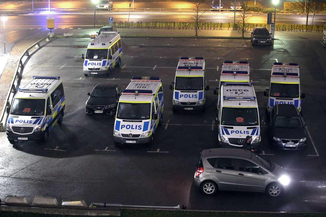 Polisen kraftsamlar inför insatsen