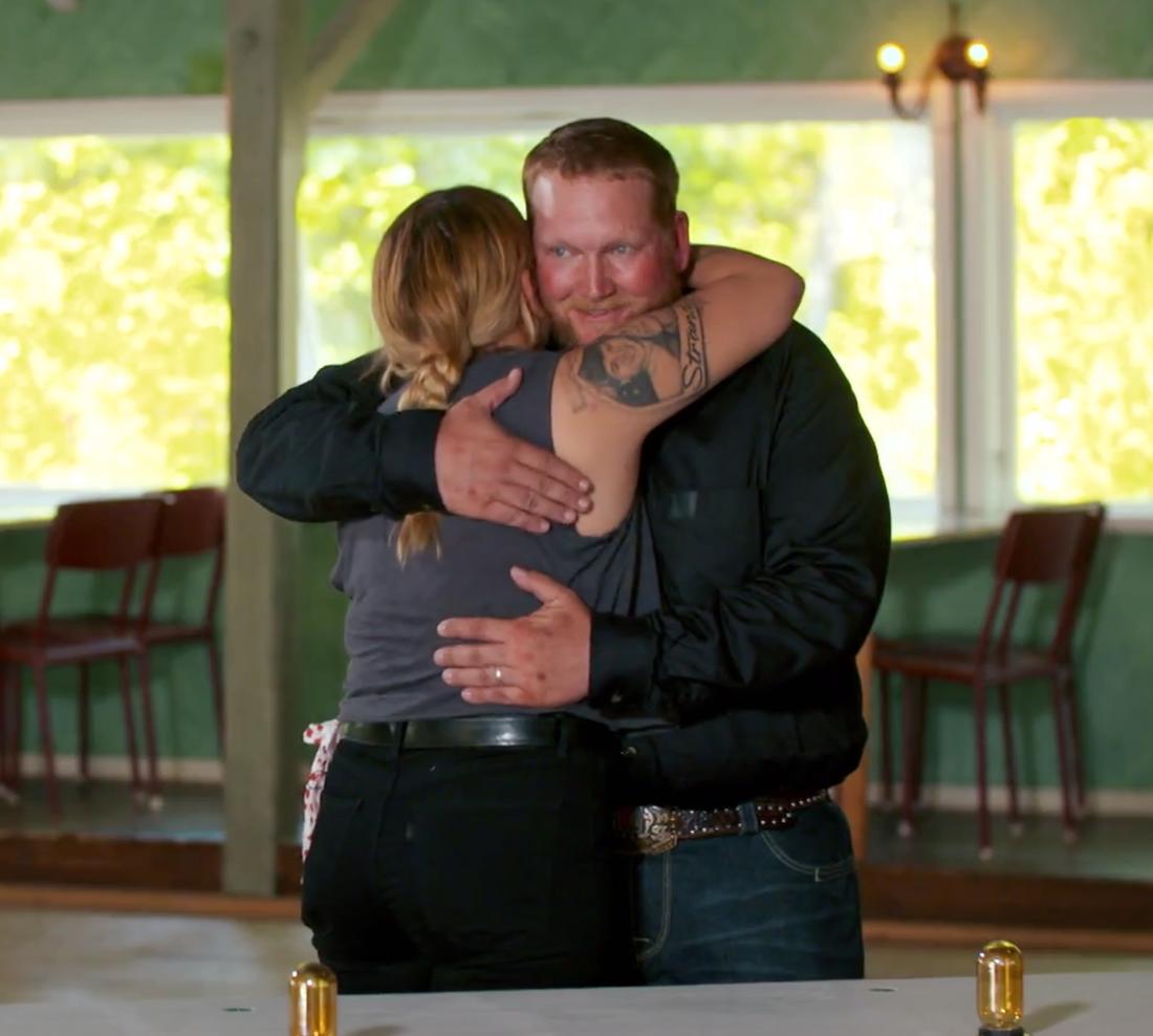 """""""Dude"""" får en kram av Kaytie Hubis."""