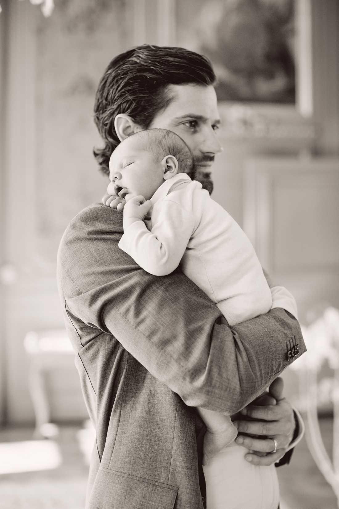 Det var en rörd prins Carl Philip som för en knapp månad sedan berättade om sonens födelse.