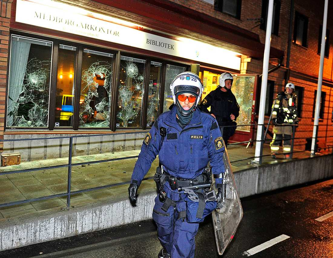 Polisstationen i Älvsjö sattes i brand och polisen grep åtta personer.