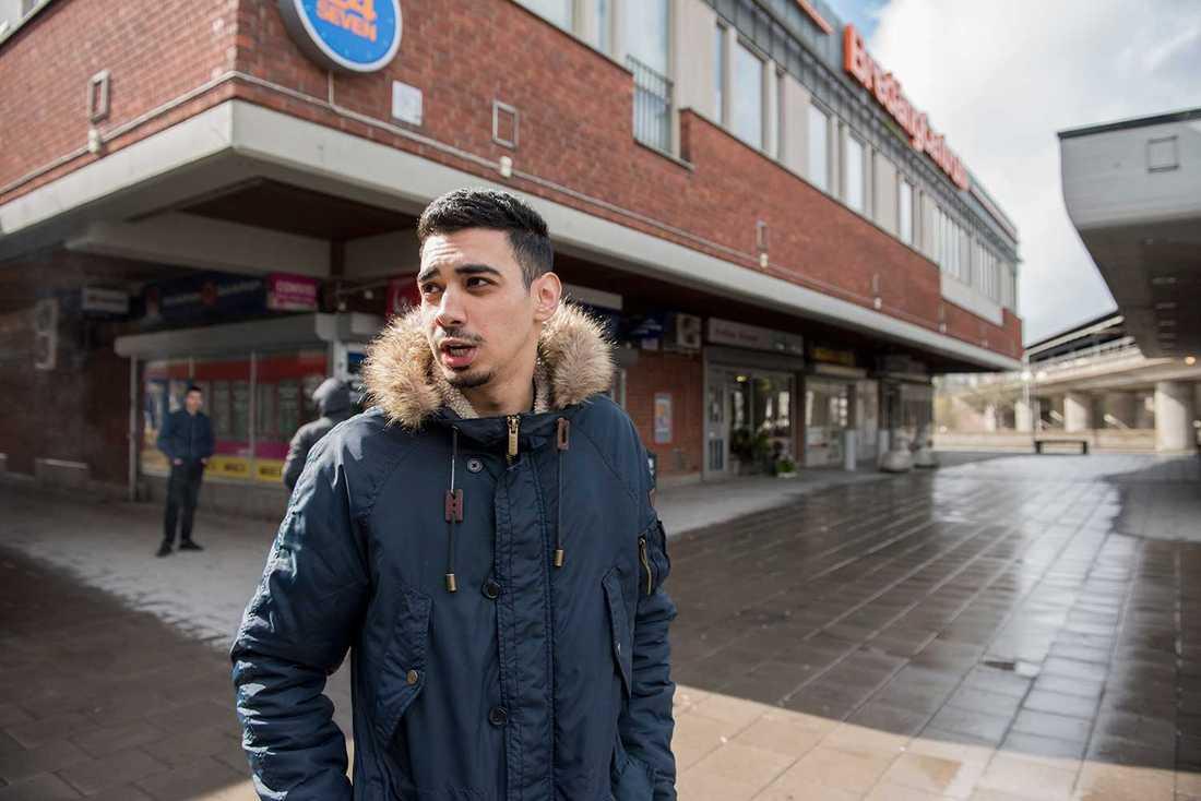"""""""Man ska tjäna pengar för att kunna ha ett bra liv, men pengar är ingenting så länge kärleken finns"""", säger Abdullah Samaka, 21."""