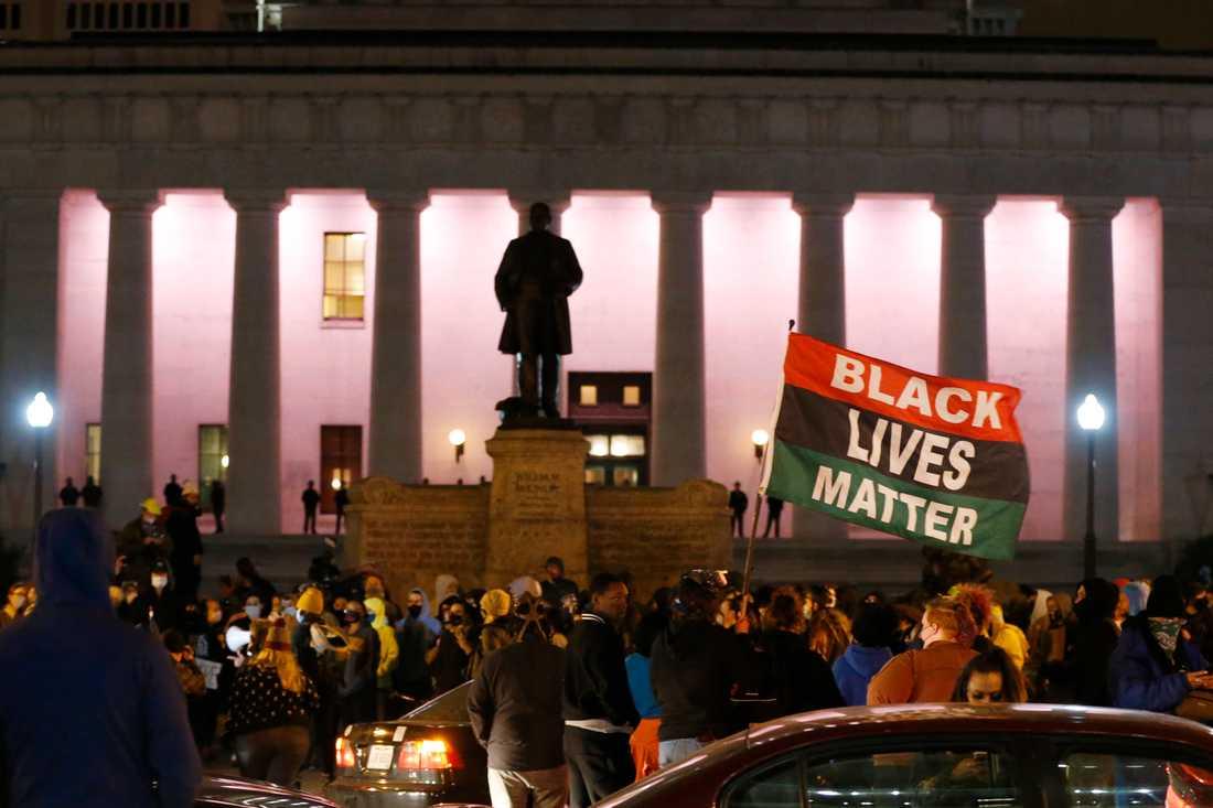 Demonstranter samlades utanför stadshuset i Columbus i delstaten Ohio, USA, under natten mot onsdagen.