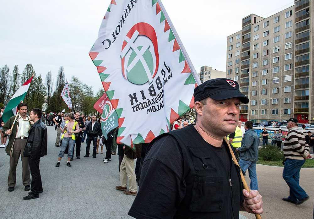 Längtar tillbaka. Det gamla brukssamhället Ozd, en stad i konstant nedgång sedan kommunismens fall. Män med flaggor och svarta kläder längtar tillbaka.