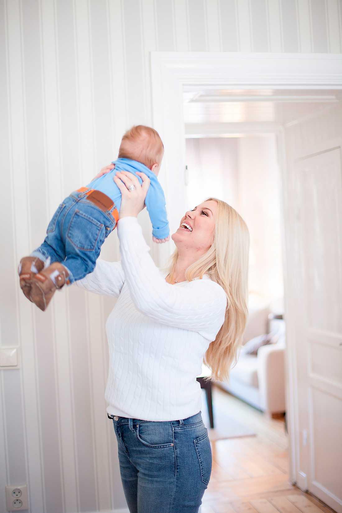"""Firma mamma 24-åriga entreprenören och bloggaren Isabella """"Blondinbella"""" Löwengrip Spångberg beskriver sin förlossning som ett företag. Foto: Judith Kirkhoff"""
