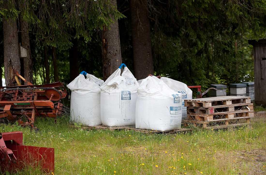 På gården där Behring Breivik ska ha byggt sina bomber hittade polisen hundratals kilo gödsel. Gödslet har troligtvis använts i bombtillverkningen. Till höger är ett utdrag från Behring Breiviks Ebay-konto.