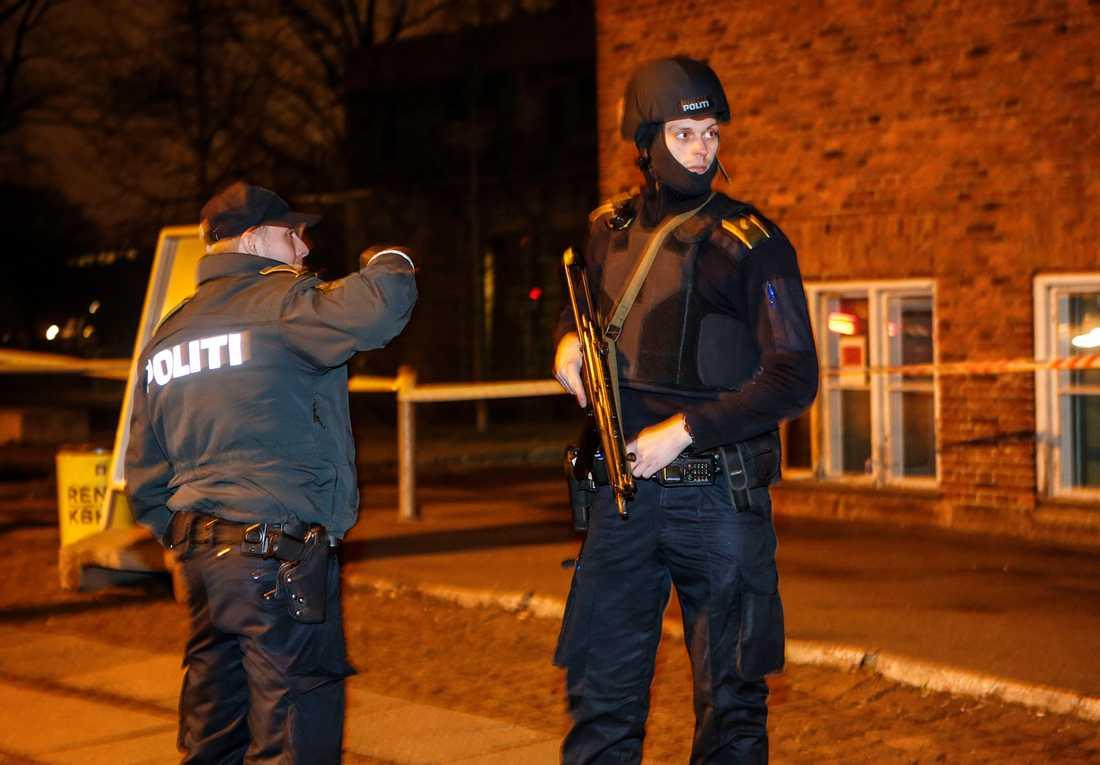 Tungt beväpnad polis i området kring kulturhuset Krudttønden i stadsdelen Østerbro i Köpenhamn på lördagskvällen.