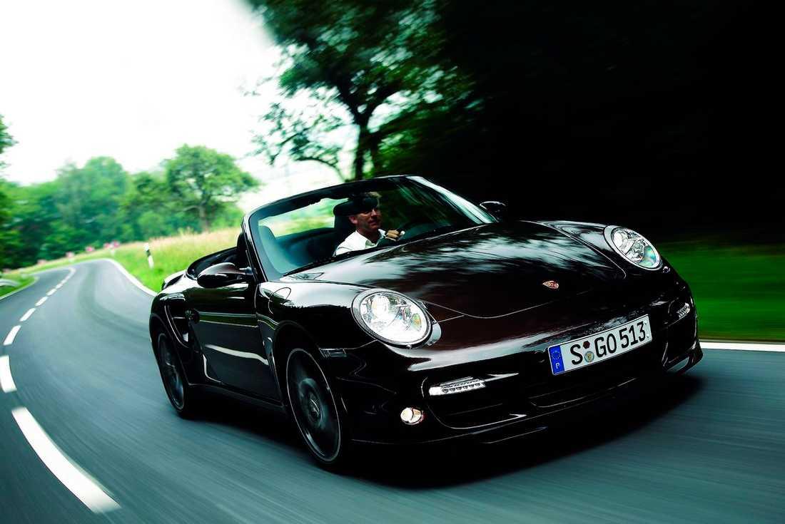 Cab åker man bäst i lägre hastigheter, men vi ger Porsche 911 Turbo en chans. Toppfarten är hårresande 310 km i timmen ... Fyrhjulsdriften kommer till sin rätt i regnet.