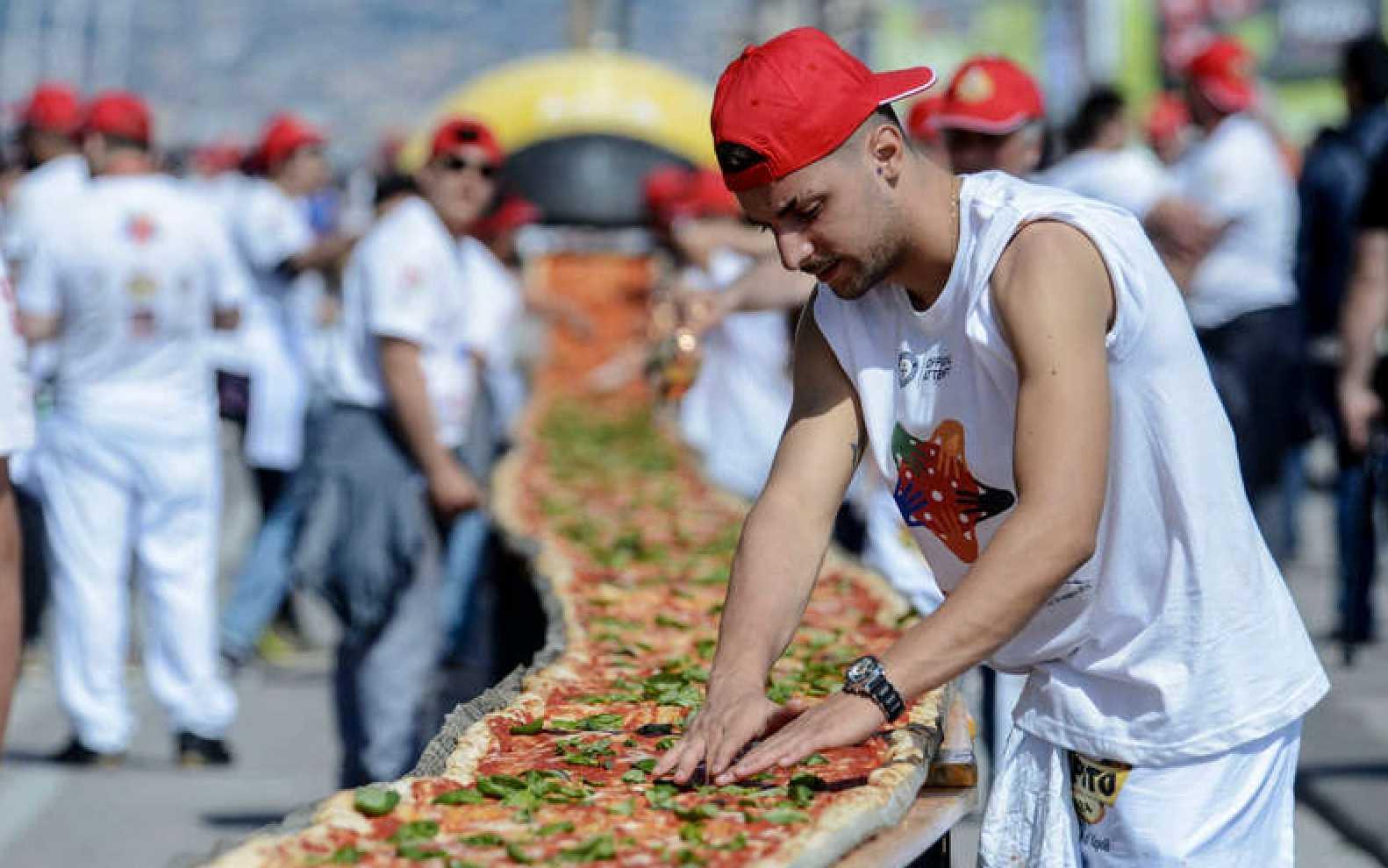 Världens längsta pizza bakades i Italien 2016.