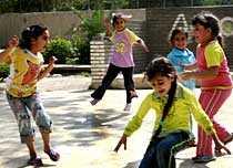 6-åriga Hadeel (längst bak) leker med sina kompisar. De har hört sig lära skillnad på explosioner från olika bomber.
