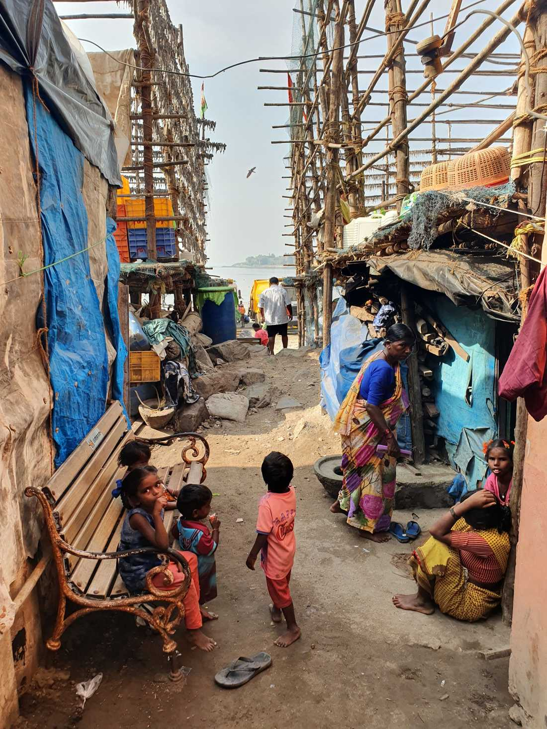 Slummen bakom Versova beach i Mumbai. Hit kom aldrig kungaparet.