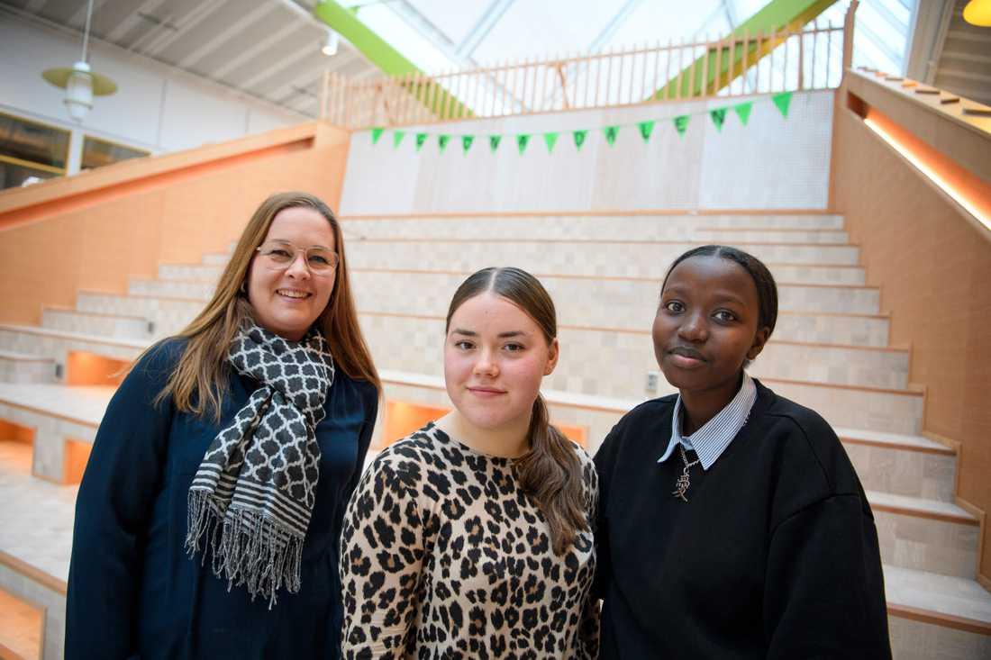 """Läraren Annika Sjödahl med eleverna Maria Koroleva och Nyamuhoza Nyahumure på Gröna Dalenskolan i Bålsta. """"Jag försöker skapa min undervisning utifrån vad eleverna själva tycker är intressant"""", säger Annika Sjödahl."""