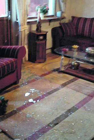 Glassplitter över hela vardagsrummet.