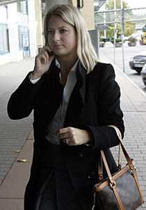 Jenny Beltran på väg in till presskonferens.
