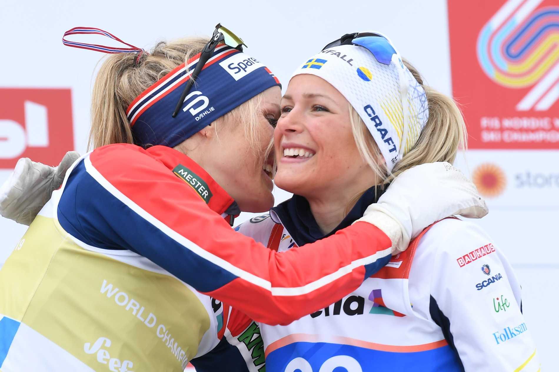Therese Johaug och Frida Karlsson efter VM:s tremil, där det blev norskt guld och svenskt brons. Arkivbild.