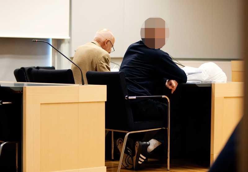 Den 47-årige mannen satt stilla under åklagarens sakframställan. Vid hans sida finns advokat Leif Silbersky.