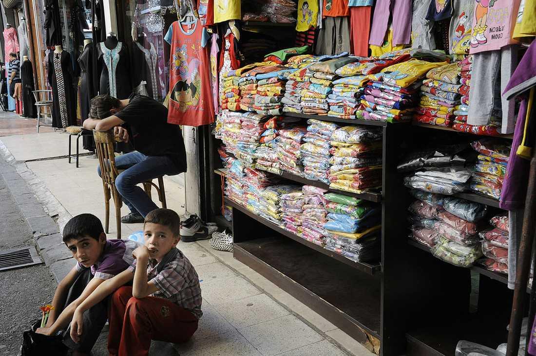 På marknaden är det lugnt. Affärerna går trögt för butiksinnehavarna.
