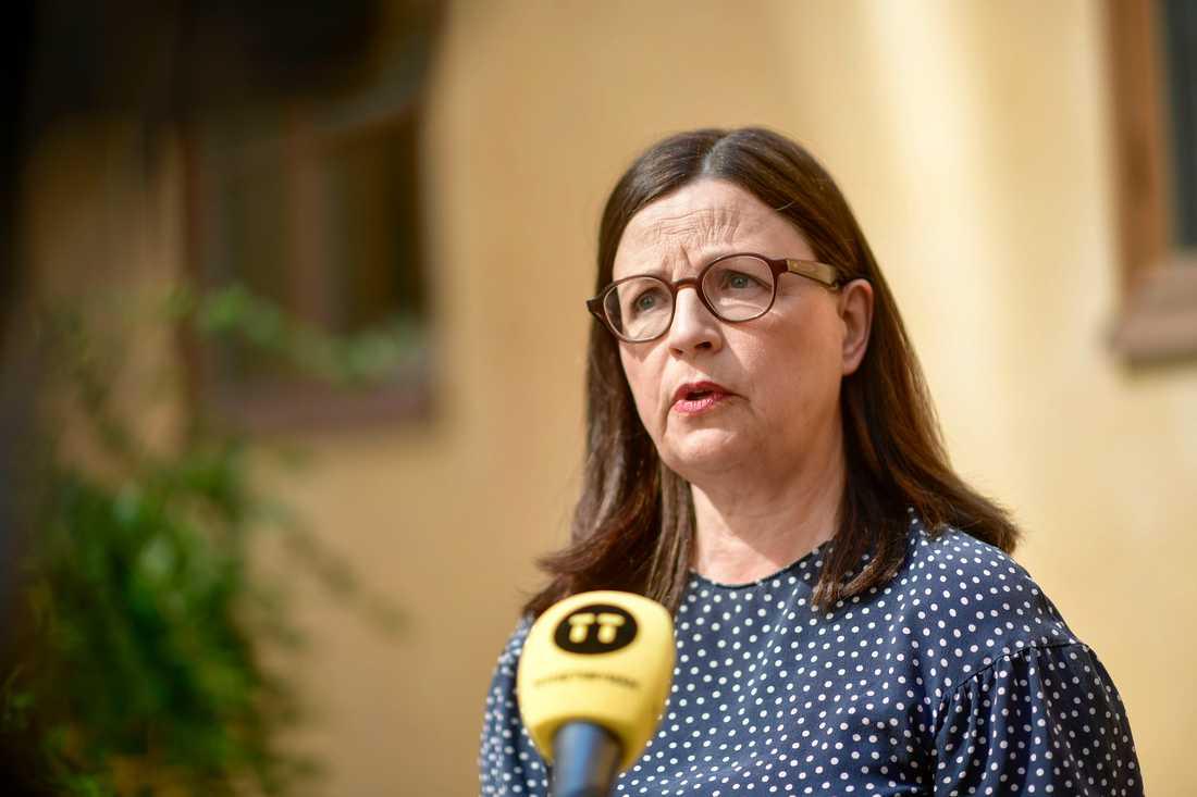 Utbildningsminister Anna Ekström (S) öppnar för mer distansundervisning för gymnasieelever i höst, om trängsel på bussar och tåg kräver det när skolorna öppnar igen.