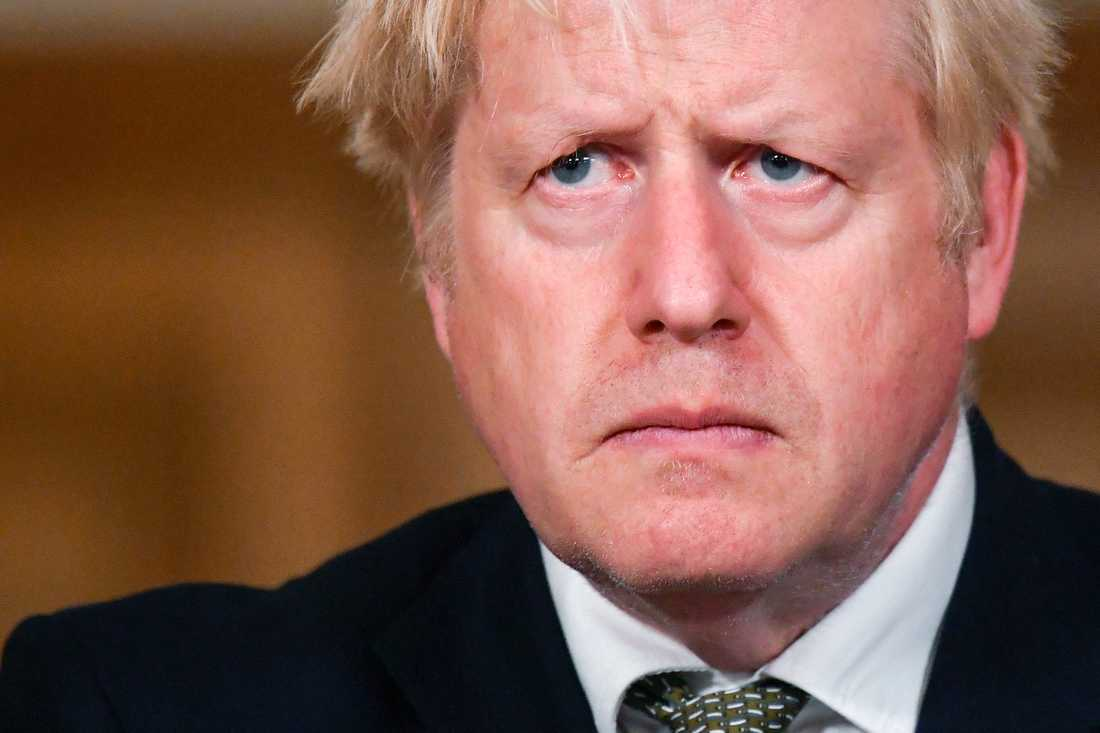 Brittiske premiärministern Boris Johnson under måndagens allvarstyngda presskonferens.