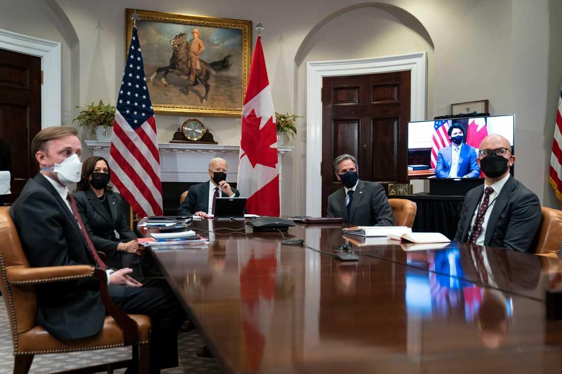 USA:s president Joe Biden – här med sin nationelle rådgivare Jake Sullivan, vicepresident Kamala Harris, utrikesminister Antony Blinken och Juan Gonzalez, som arbetar med Latinamerikafrågor vid nationella säkerhetsrådet – höll ett virtuellt möte med Kanadas premiärminister Justin Trudeau.