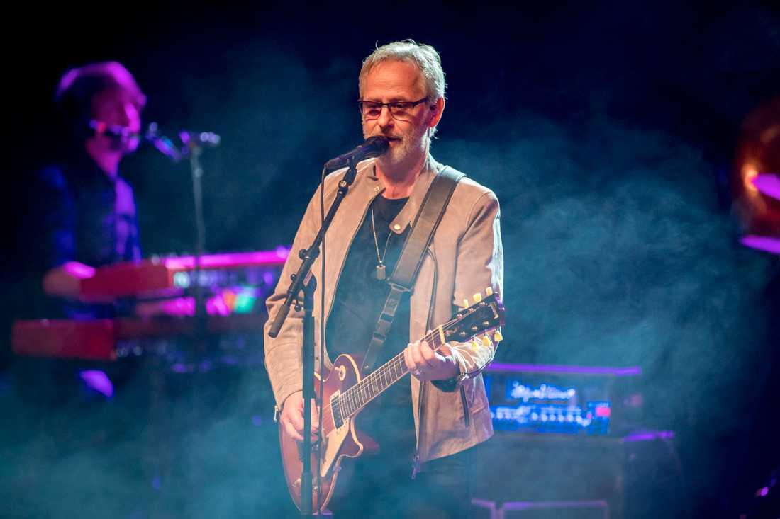 Live är Uno Svenningssons röst lika klar som på TV och skiva.