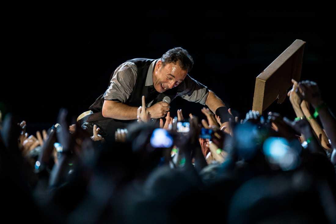 PUBLIKFRIERI Bruce Springsteen hälsar på fansen under den sista av de tre konserterna på Friends Arena.