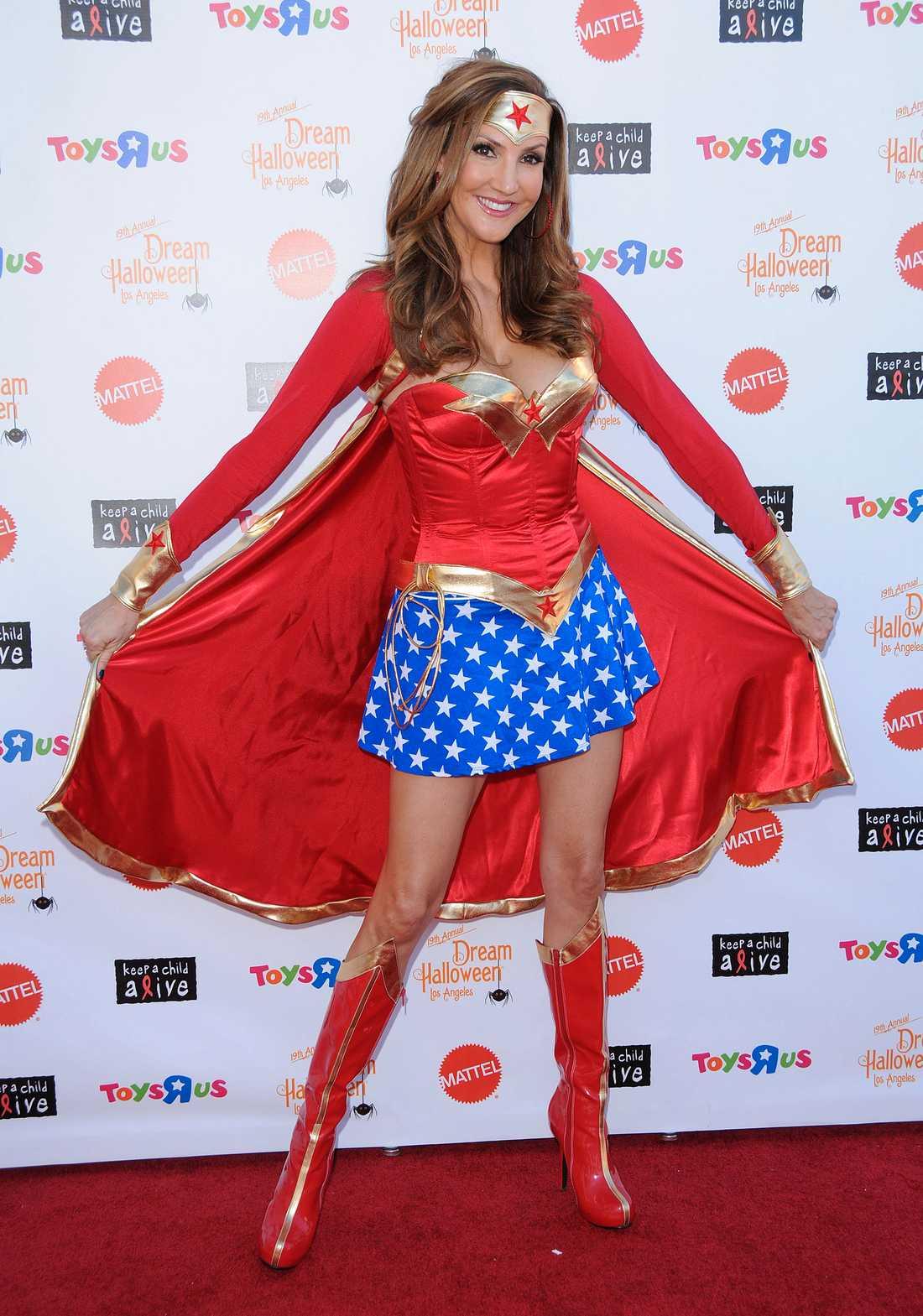 Skådespelerskan och författaren Heather Mcdonald utklädd till hjälte.