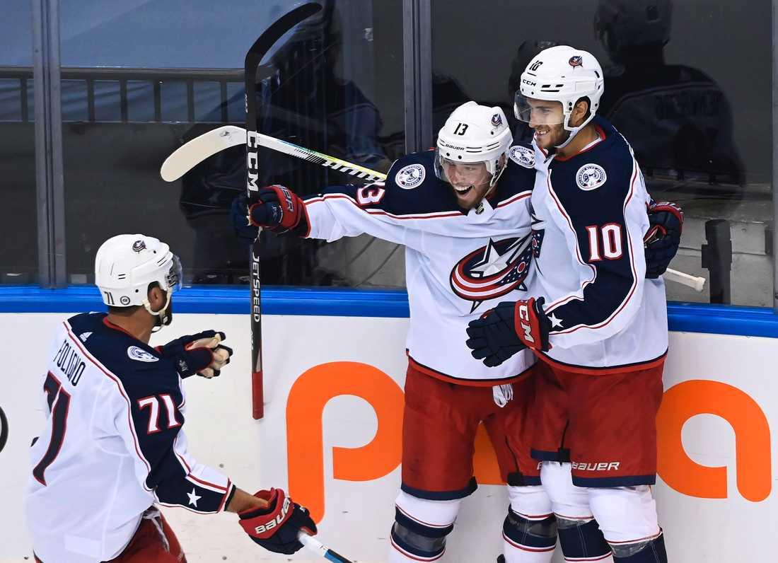 Alexander Wennberg (till höger) firar med lagkamraterna Nick Foligno (till vänster) och Cam Atkinson (mitten) när laget mötte Toronto i playoff-spelet till Stanley Cup-slutspelet, den 2 augusti.
