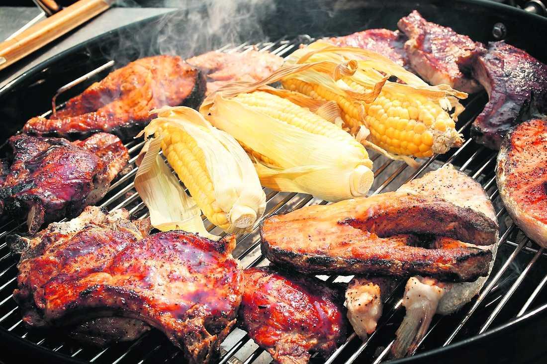 """Inga konstigheter """"Redan i dag äter vi kött som klistrats ihop av mindre bitar"""", skriver Karin Ahlborg. Schnitzlar, nuggets och smörgåsskinka är bara några exempel. I sommar kanske du kan grilla en importerad klisterbit."""