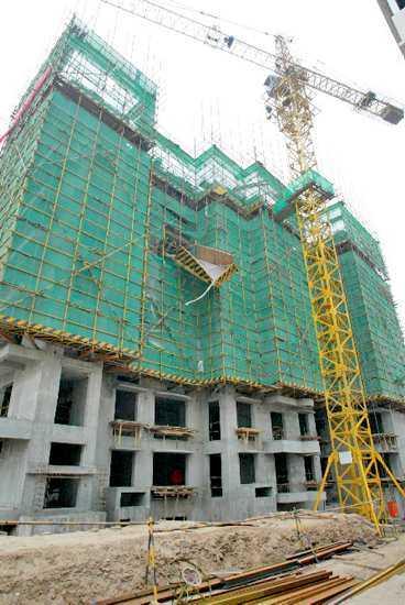 föll sex våningar Byggnadsställningen rasade och arbetarna föll handlöst mot marken.