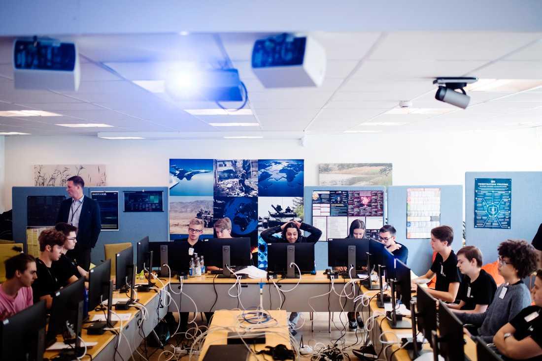 Totalt 15 gymnasieelever får kunskap om it-angrepp och cybersäkerhet under en sommarvecka.