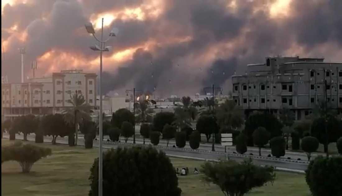 Rök stiger över himlen efter drönarattacken i Abqaiq.