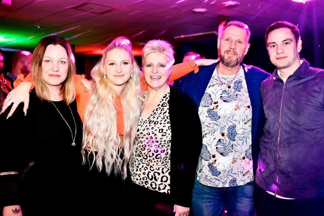 Rebecka Karlsson med sin familj och pojkvän.