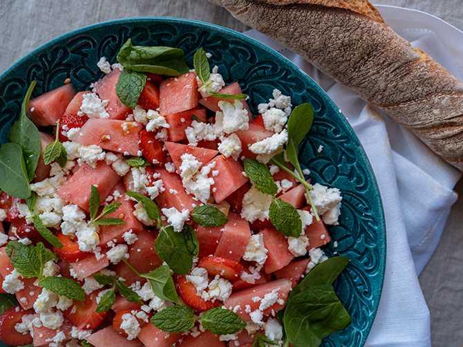 Svalkande och härligt sötsyrlig: Sallad med vattenmelon och jordgubbar.